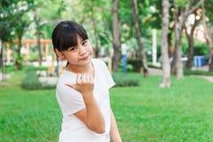 Pulgares asiáticos de la muchacha para arriba Fotografía de archivo libre de regalías