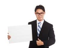 Pulgares asiáticos del hombre de negocios para arriba con la muestra y la sonrisa en blanco Fotografía de archivo