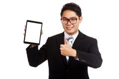 Pulgares asiáticos del hombre de negocios para arriba con PC de la tableta Imagenes de archivo