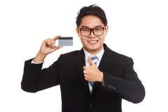 Pulgares asiáticos del hombre de negocios para arriba con una tarjeta Fotografía de archivo