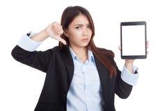 Pulgares asiáticos jovenes de la empresaria abajo con PC de la tableta Imagen de archivo libre de regalías