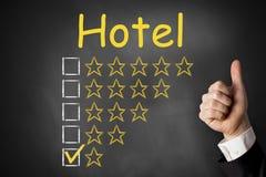 Pulgares encima del hotel de la pizarra que valora una estrella Fotos de archivo libres de regalías