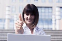 Pulgares para arriba de la mujer de negocios Imagen de archivo