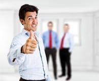 Pulgares para arriba: hombre de negocios que muestra la muestra aceptable Fotografía de archivo