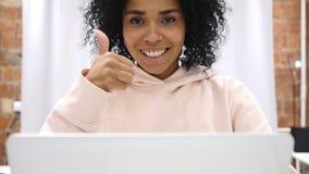 Pulgares para arriba por la mujer afroamericana joven, gesto positivo en casa almacen de metraje de vídeo