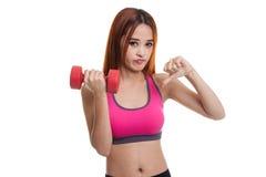 Pulgares sanos asiáticos hermosos de la muchacha abajo con pesa de gimnasia Foto de archivo