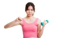 Pulgares sanos asiáticos hermosos de la muchacha abajo con pesa de gimnasia Fotos de archivo