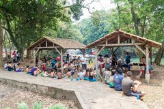 PULHAPANZAK, HONDURAS - APRIL 18, 2016: De mensen bezoeken een recreatief gebied die waterfal Pulhapanzak omringen stock afbeeldingen