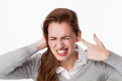 Pulido de dientes del concepto, de la mujer 20s para el ruido o del zumbido problemas del zumbido imagenes de archivo