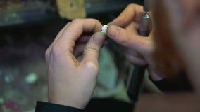 Pulido del anillo de plata después del embutido de la piedra preciosa usando el equipo de pulido metrajes
