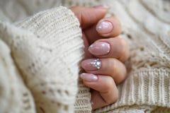Pulimento de clavo Art Manicure Esmalte de uñas moderno del azul del estilo Clavos blancos del rosa elegante del color en colores fotos de archivo