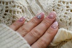 Pulimento de clavo Art Manicure Esmalte de uñas moderno del azul del estilo Clavos blancos del rosa elegante del color en colores Foto de archivo libre de regalías