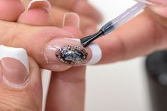 Pulimento de clavo Art Manicure Manos modernas de la belleza del estilo con los clavos de moda coloridos elegantes imagen de archivo