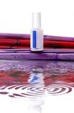 Pulimento de clavo de los COSMÉTICOS con la reflexión del agua y el backgroun del bambú fotografía de archivo