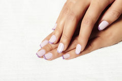 Pulimento de Manicure.female hands.beauty salon.shellac Foto de archivo