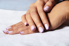 Pulimento de Manicure.female hands.beauty salon.shellac Imágenes de archivo libres de regalías