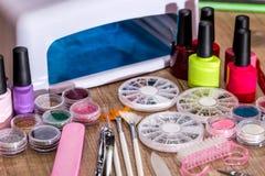 Pulimento, esmalte de uñas y accesorios de la lámpara Imágenes de archivo libres de regalías