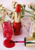 Pulimento rojo del lápiz labial y de clavo Fotos de archivo libres de regalías