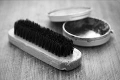Pulimento y cepillo de zapato Foto de archivo libre de regalías