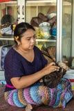 Pulimentos de la mujer en el negocio de Sari Pertiwi Wood Carving, Juga, Bali, Indonesia foto de archivo libre de regalías