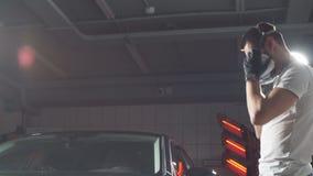 Pulimentos del amo del coche en un taller del coche almacen de metraje de vídeo