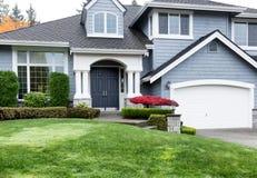 Pulisca a casa durante la stagione di autunno con l'acero rosso e la parte anteriore verde y fotografia stock