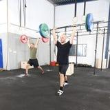 Pulisca - e - spingono l'allenamento al centro della palestra di forma fisica Fotografia Stock Libera da Diritti