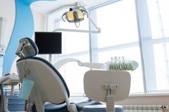 Pulisca ed accenda l'ufficio del dentista fotografie stock