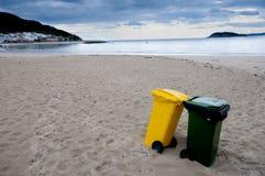 Pulisca gli scomparti di riciclaggio e della spiaggia. Fotografia Stock Libera da Diritti
