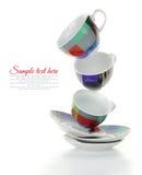 Pulisca i piatti e le tazze variopinti vuoti Fotografie Stock