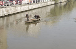 Pulisca il fiume una coppia di immondizia Immagini Stock