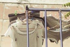 Pulisca il hangin della lavanderia fuori per asciugarsi Immagini Stock