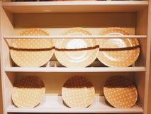 Pulisca il piatto sullo scaffale di legno Immagini Stock Libere da Diritti
