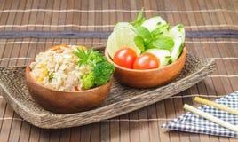 Pulisca l'alimento, il riso fritto con la verdura, la carne e l'uovo fotografie stock