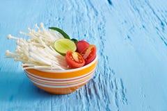 Pulisca l'alimento, le verdure, la frutta fresca e le erbe piccanti in ciotola su di legno vibrante Immagini Stock Libere da Diritti