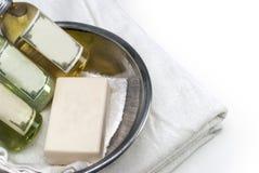 Pulisca l'asciugamano bianco con i materiali del bagno Immagine Stock Libera da Diritti