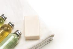 Pulisca l'asciugamano bianco con le lozioni del bagno Fotografie Stock Libere da Diritti