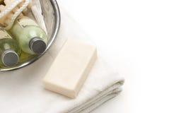 Pulisca l'asciugamano bianco con le lozioni del bagno e la ciotola del bagno Fotografia Stock