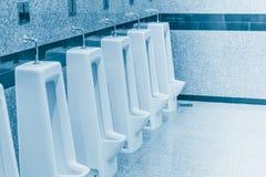 Pulisca l'urina nel bagno degli uomini Fotografie Stock Libere da Diritti
