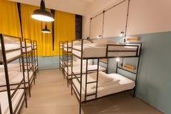Pulisca la camera da letto senza gente dentro un ostello per la gioventù Fotografia Stock Libera da Diritti