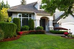 Pulisca la casa esteriore durante la stagione primaverile tarda fotografia stock