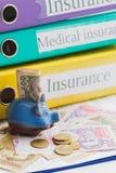 Pulisca la forma, il porcellino salvadanaio ed i soldi di assicurazione Fotografia Stock Libera da Diritti