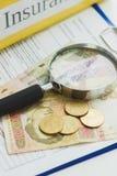 Pulisca la forma, la lente d'ingrandimento ed i soldi di assicurazione Immagini Stock Libere da Diritti
