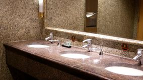 Pulisca la nuova stanza della toilette pubblica