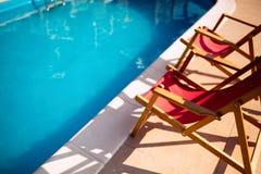 Pulisca la piscina con le sedie prendenti il sole Fotografie Stock Libere da Diritti