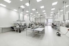Pulisca la stanza di produzione Fabbricazione di elettronica industriale immagine stock libera da diritti
