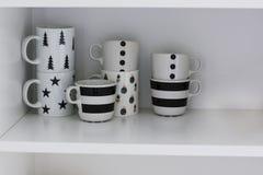 Pulisca le tazze bianche vuote sullo scaffale Immagine Stock