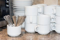 Pulisca le tazze ed i cucchiai di caffè che aspettano l'uso Immagini Stock Libere da Diritti