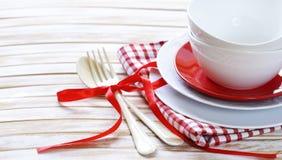 Pulisca le tazze ed i piatti vuoti dei piatti Immagini Stock