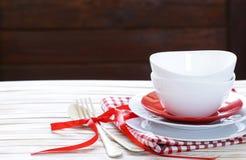 Pulisca le tazze ed i piatti vuoti dei piatti Fotografia Stock